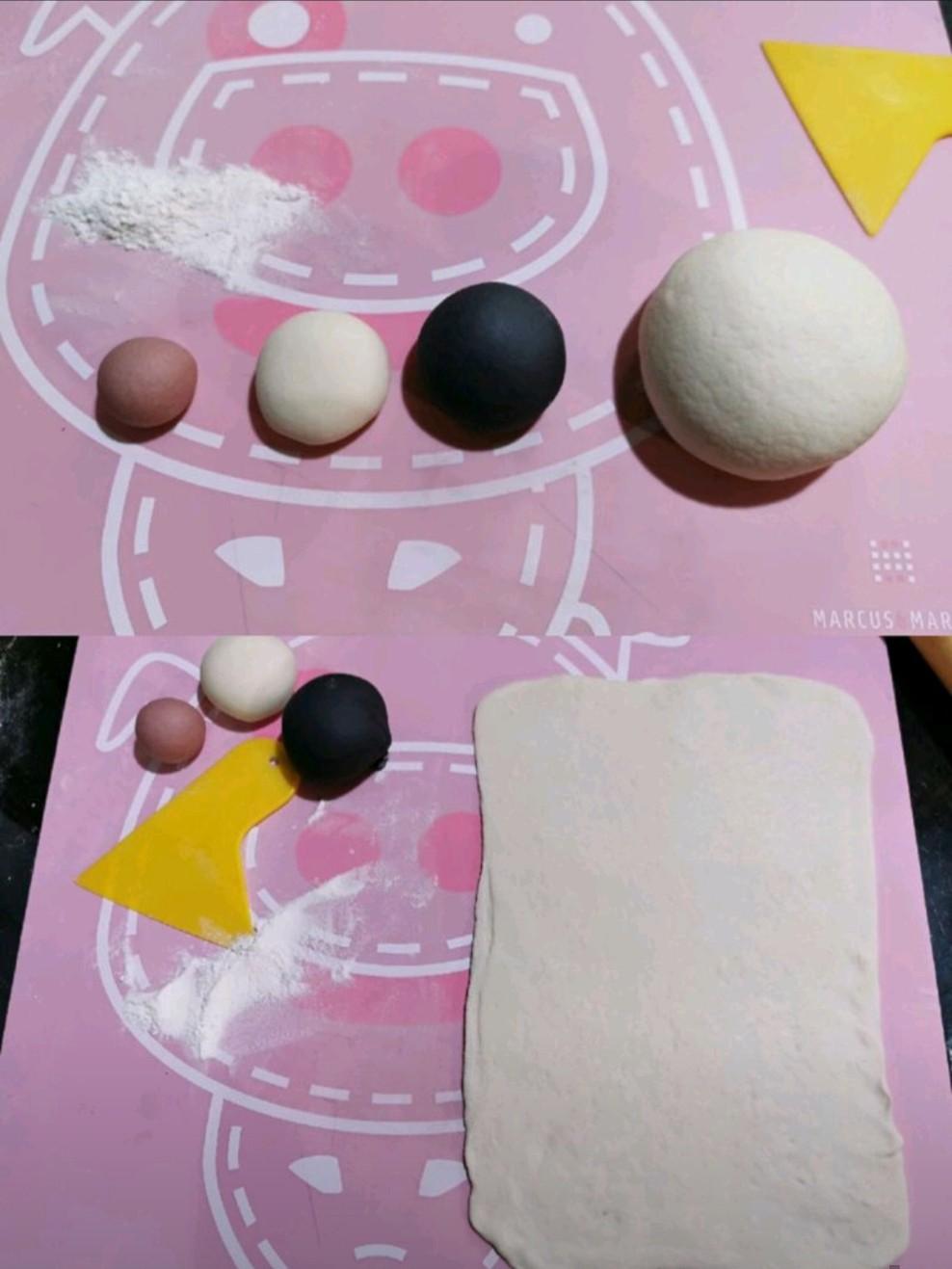 取出面团排气,分割一个5克面团加入竹炭粉调成黑色,一个5克面团加入红曲粉调成红色,留5克白色面团备用,剩下的擀成长方形