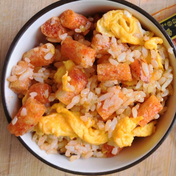 再加入辣条翻炒均匀,最后加入炒好的鸡蛋碎即可。(我放的辣条比较多,所以就没有放盐等调味。觉得味道淡的可以加入适量的盐、十三香等调料进行调味)
