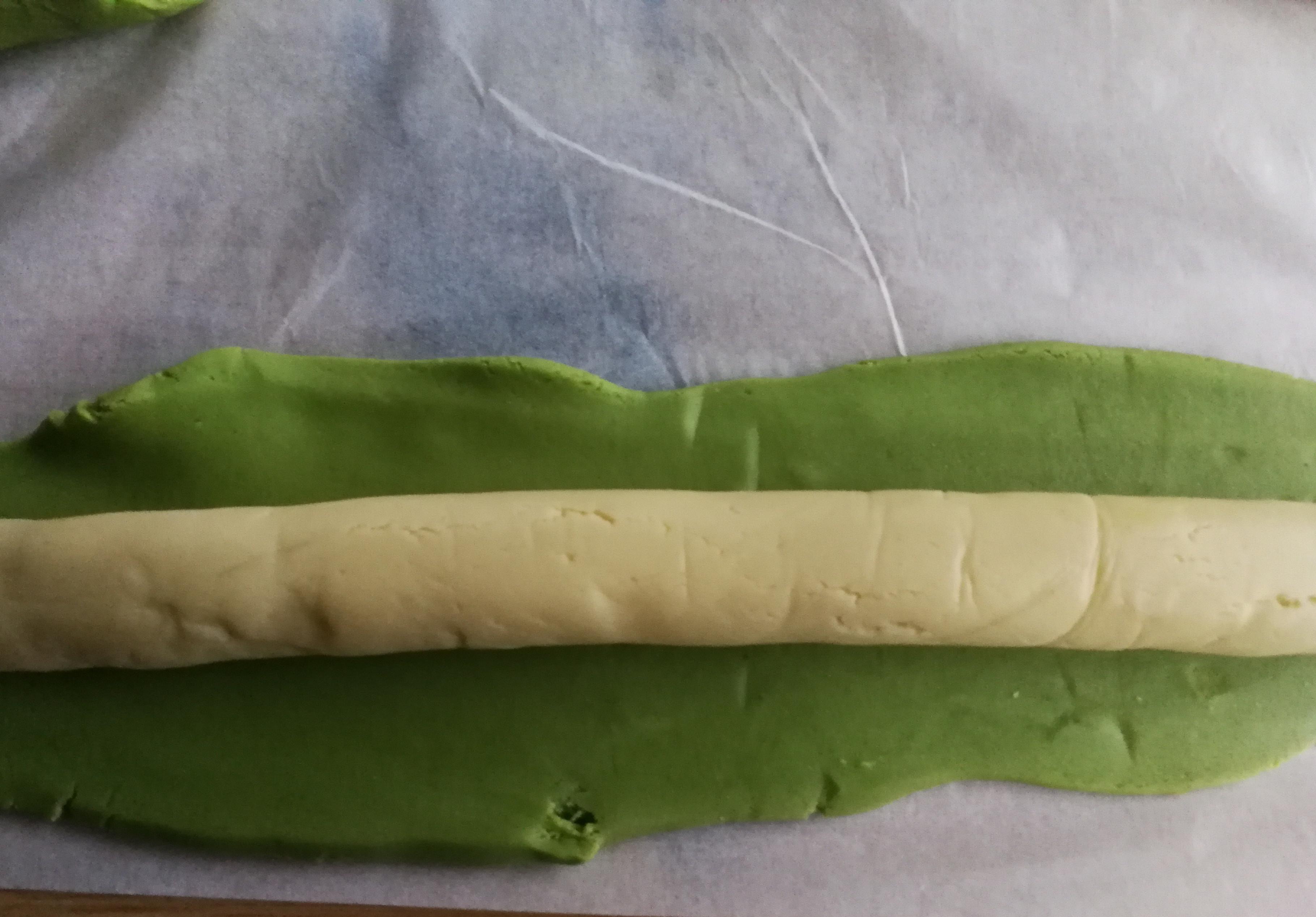 最后把绿色面团擀开,包上原色面团,手法同上(想做角的,记得预留25克左右绿色面团)