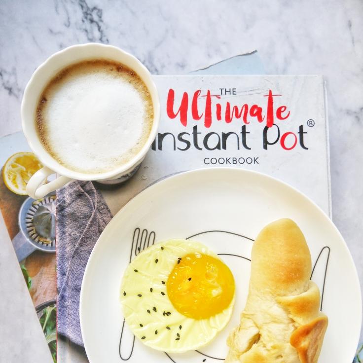 早安~~拿铁+芋泥咸蛋黄面包+煎蛋~~