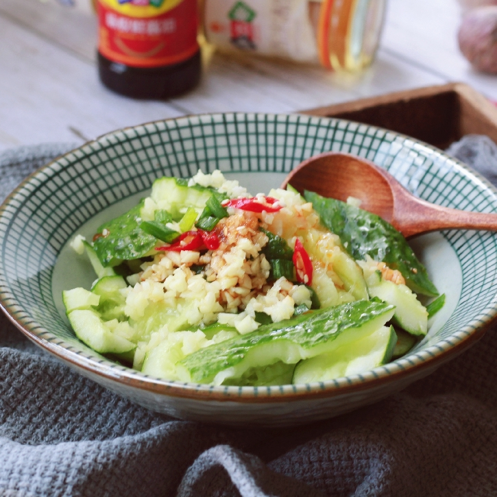 最简单最快手的菜肴,黄瓜洗干净,轻拍,