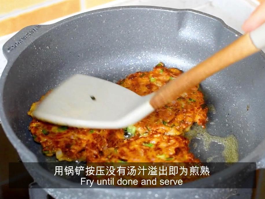 小饼边缘变色后翻面,用锅铲按压没有有汤汁溢出即为煎熟