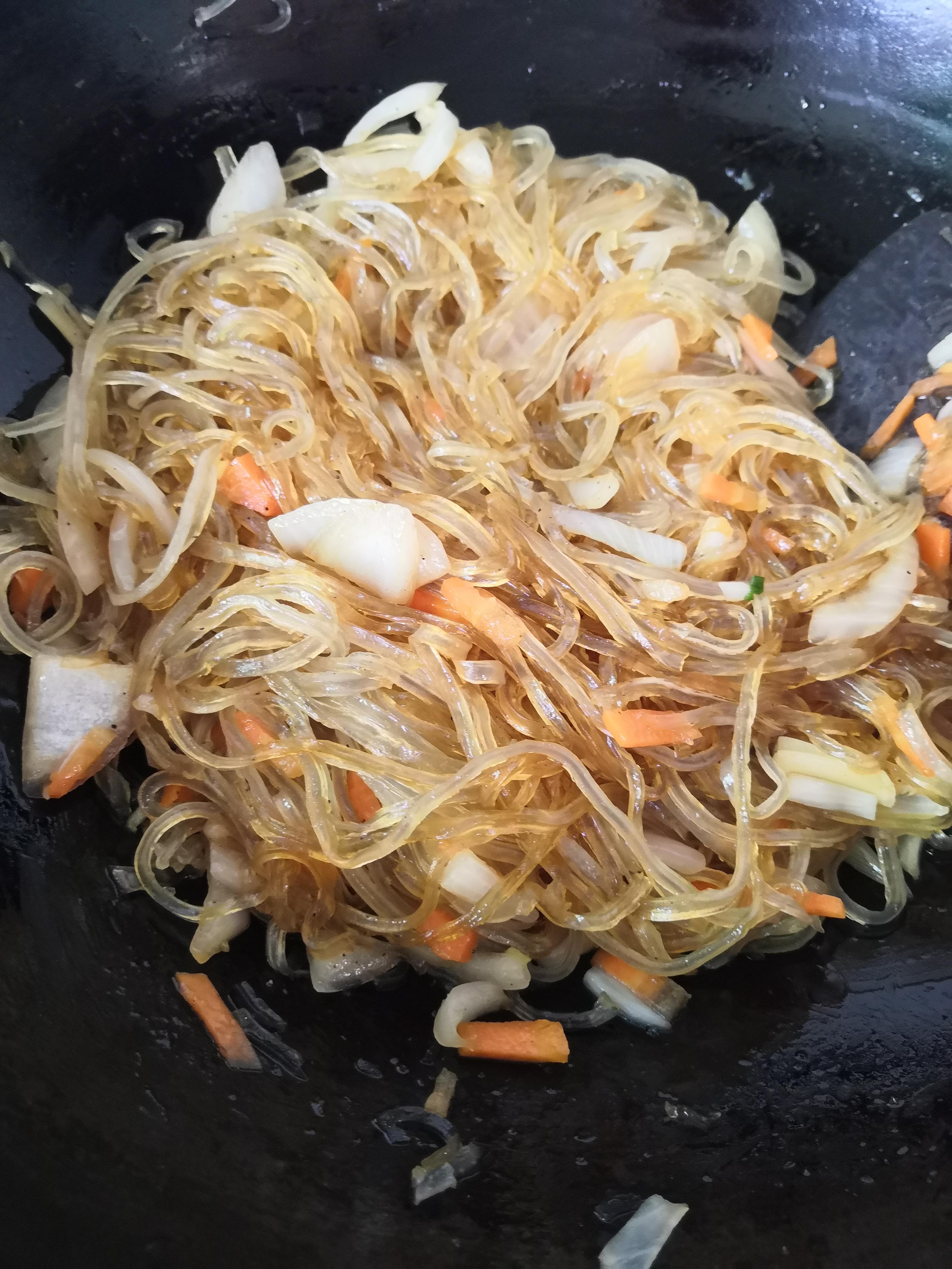 再加入适量蚝油翻拌均匀即可。食材不用炒熟,后面还要上锅蒸煮。