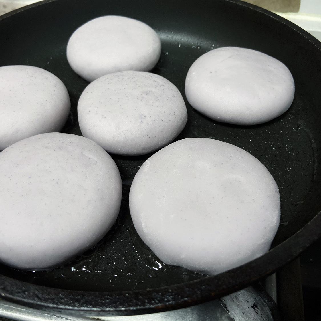 锅内刷油,将面饼放入锅中小火煎
