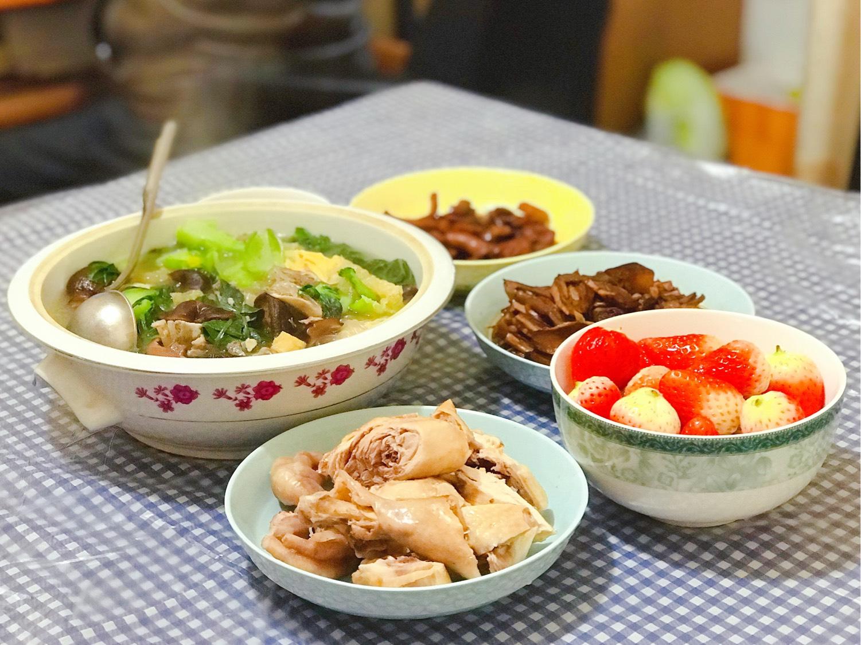 今日午餐:白切鸡,什锦汤,红烧目鱼干