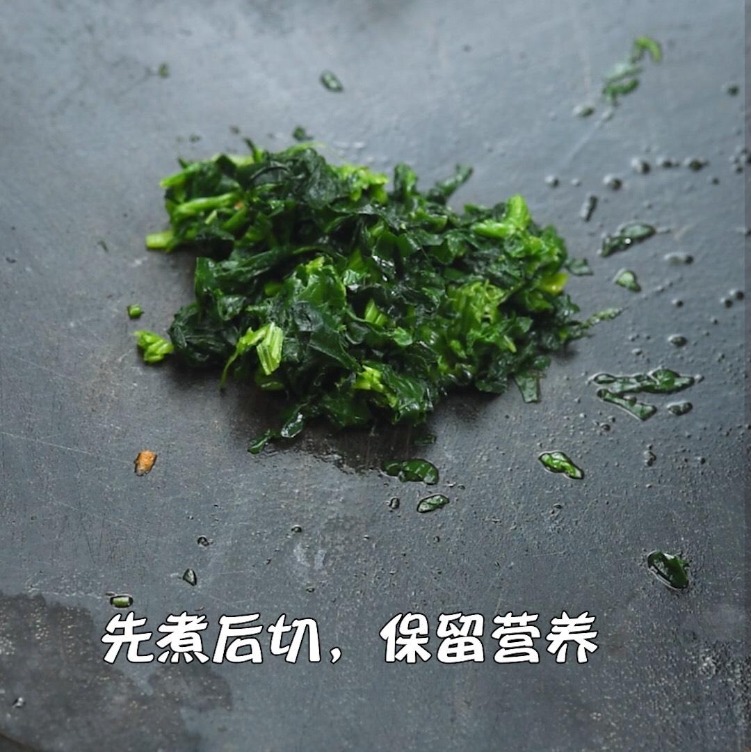 菠菜煮熟后捞起,切碎