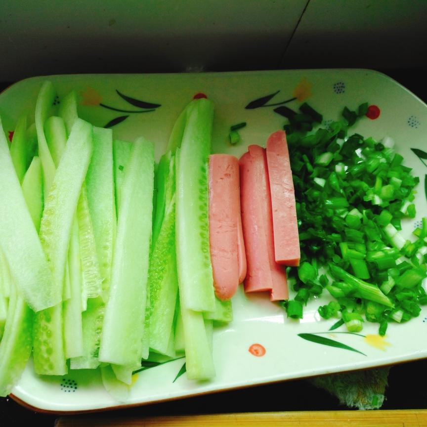 黄瓜、火腿肠、葱花等配菜备好。