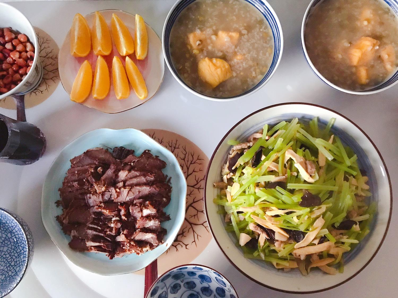 今日晚餐:自制酱牛肉,芹菜木耳香干炒