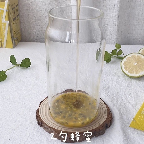 加入2勺蜂蜜搅拌一下调节酸味
