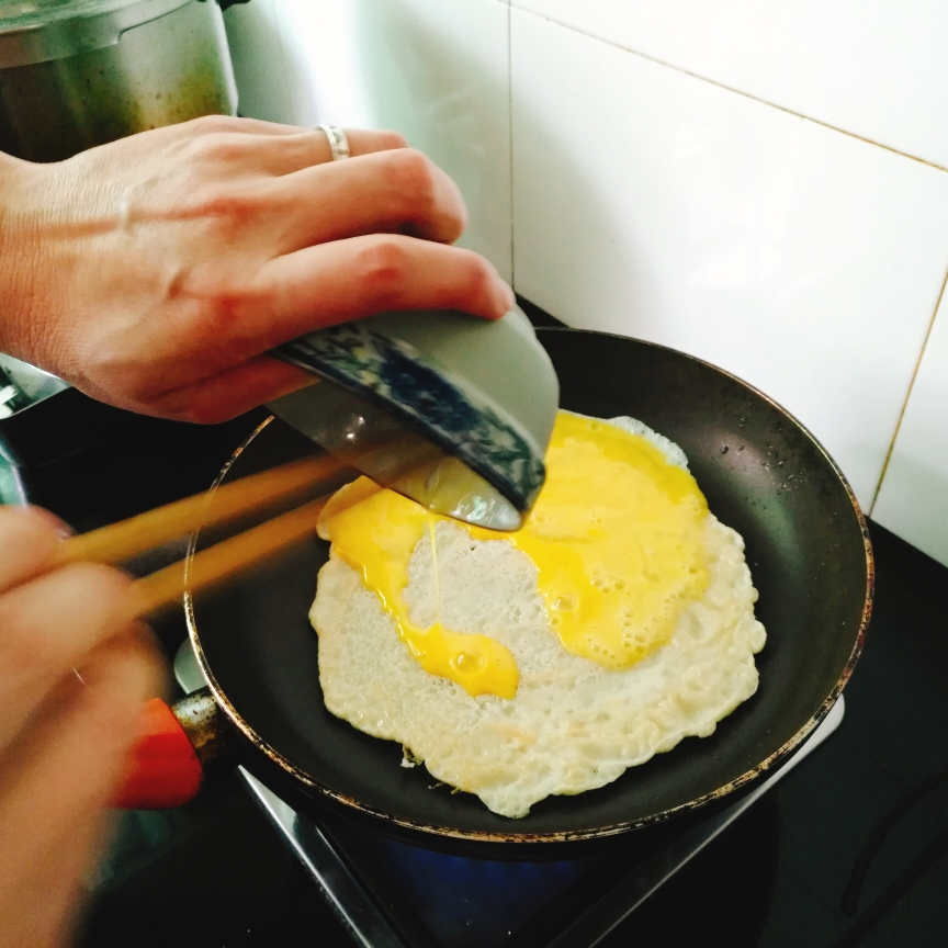 翻面后,倒上鸡蛋液。