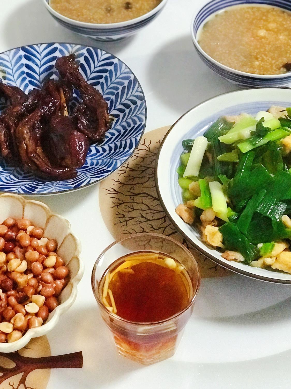 今日晚餐:卤鸭腿/鸭掌,青蒜油豆腐炒