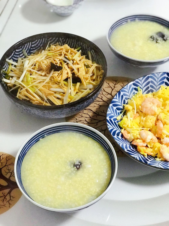 今日晚餐:韭黄鸡蛋虾仁,大葱木耳拌豆