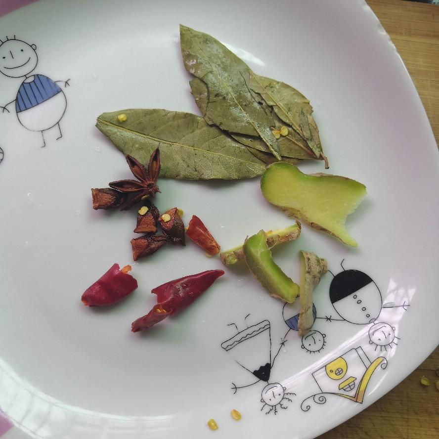 生姜、辣椒、香叶、八角等洗净备用。