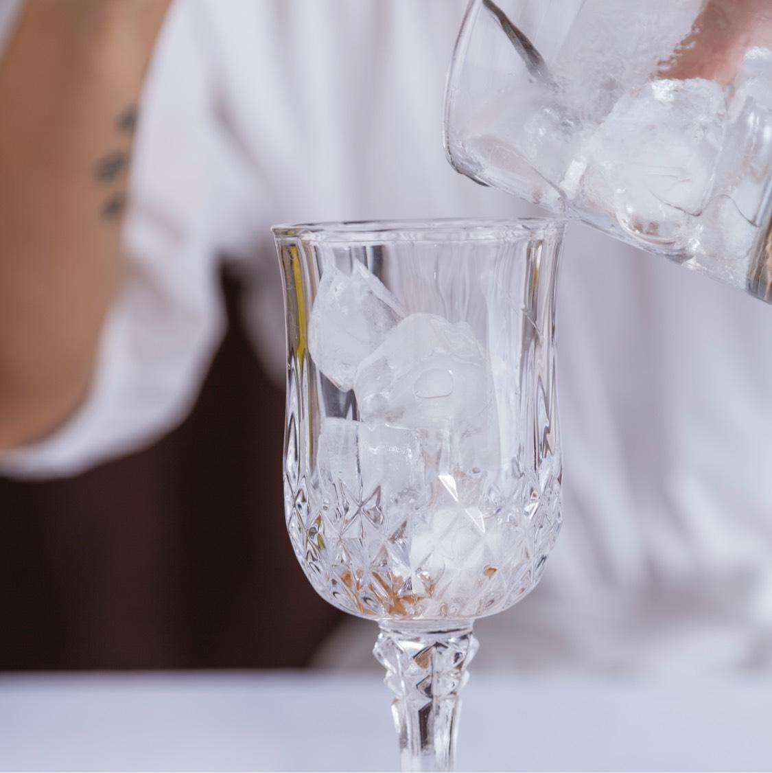 杯中加满冰块