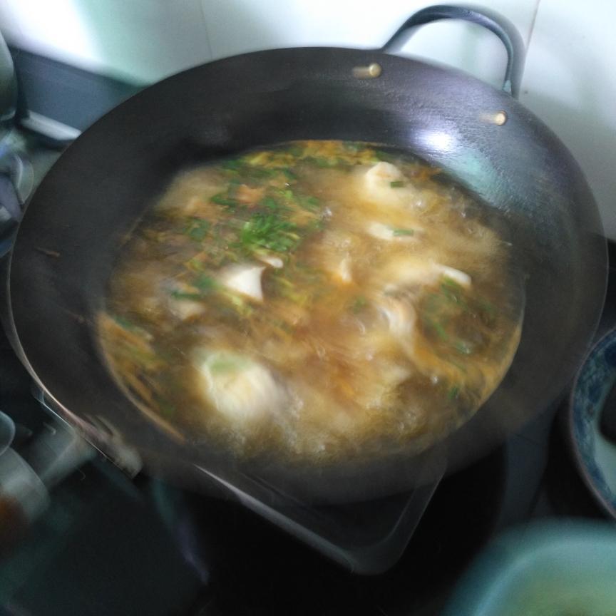 煮熟鱼片,加胡椒粉、鸡精、少量醋,葱花!出发。