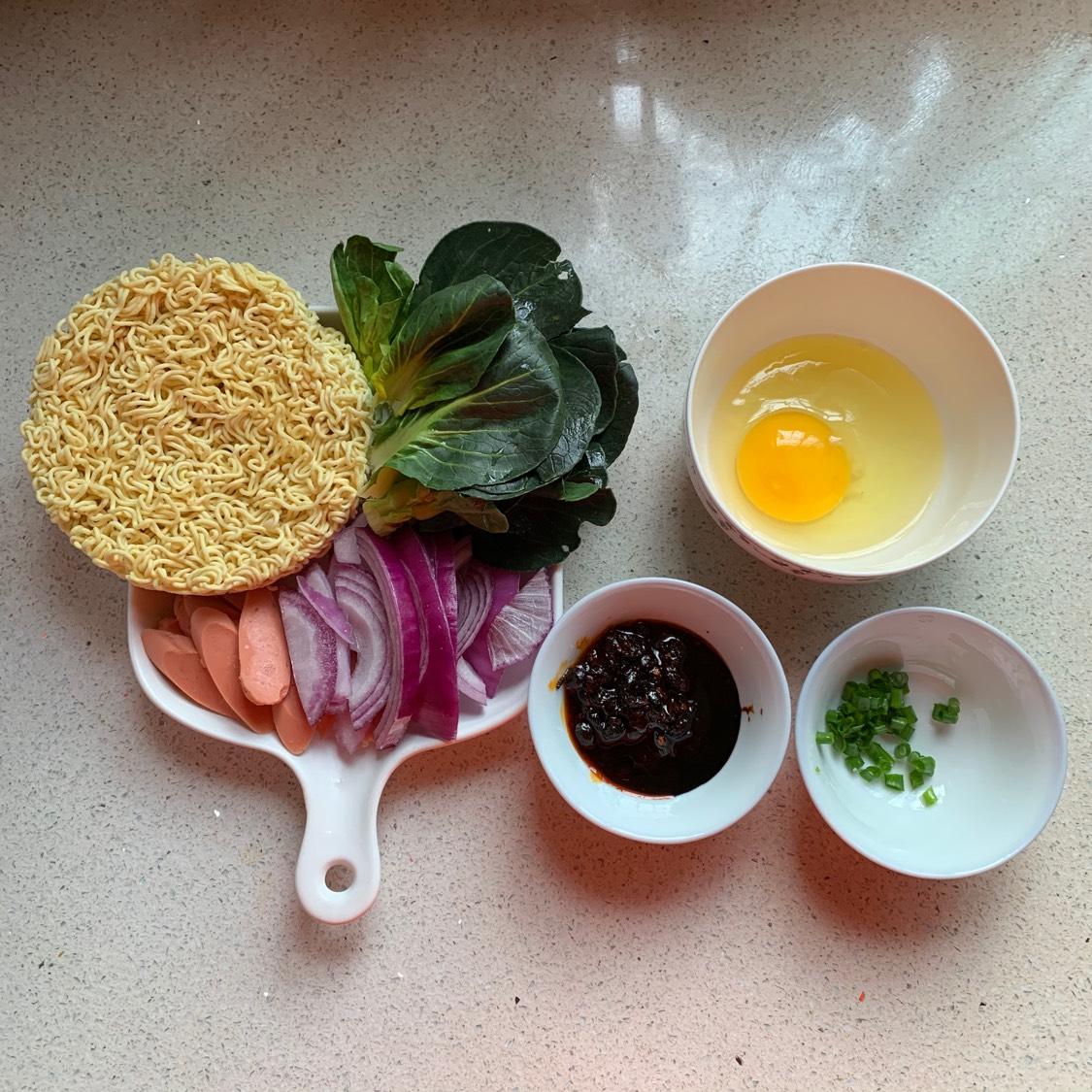 材料备好,青菜洗净,火腿切片、洋葱切丝