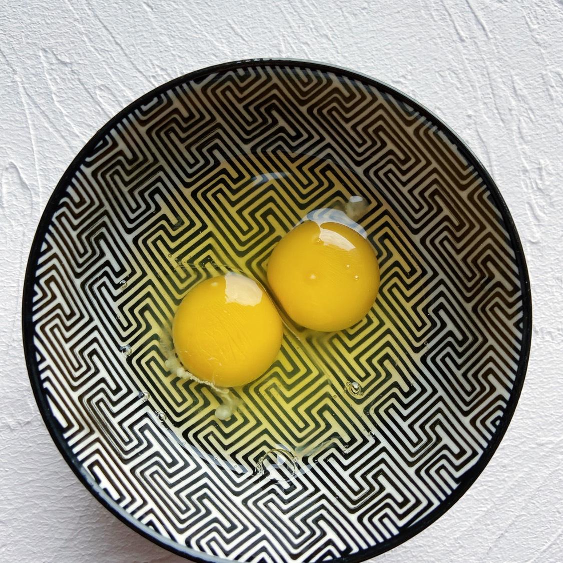 打入两颗鸡蛋搅拌均匀