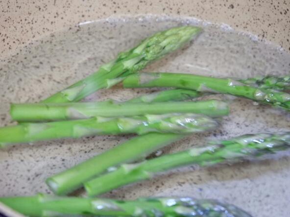 锅中加入盐煮沸水,下芦笋焯水1分钟
