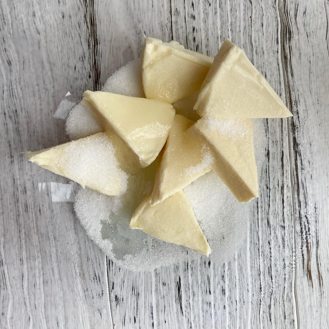 奶油奶酪温室软化,加入糖,柠檬汁打发至顺滑