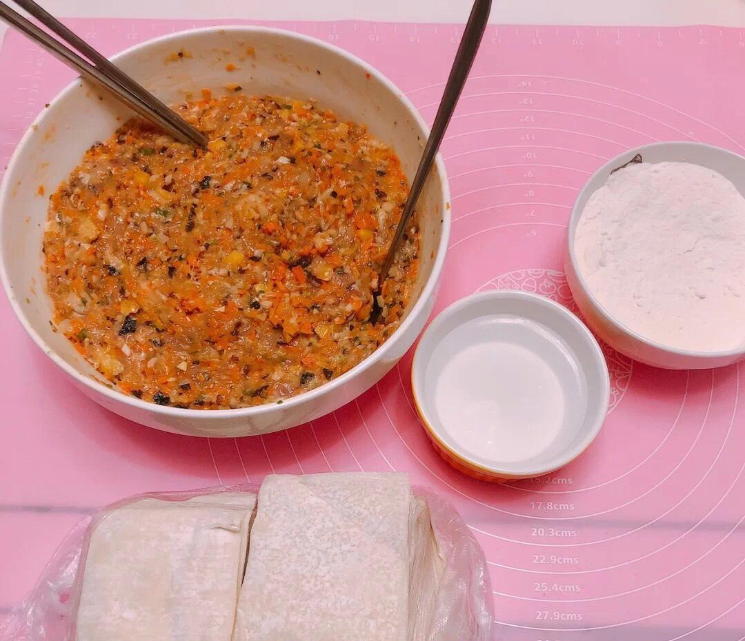 将所有馅和匀,准备饺子皮和一碗水