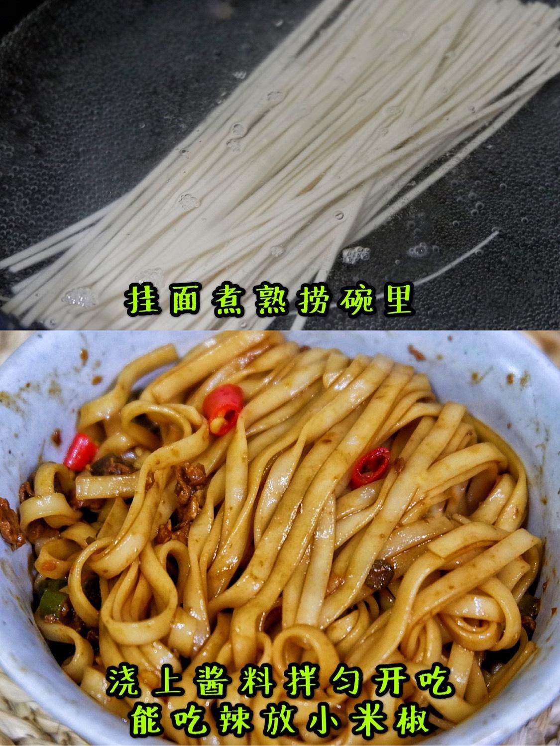 另起锅煮熟挂面,捞碗里浇上酱料,能吃辣的在撒点小米椒,拌匀开吃吧,巨过瘾!