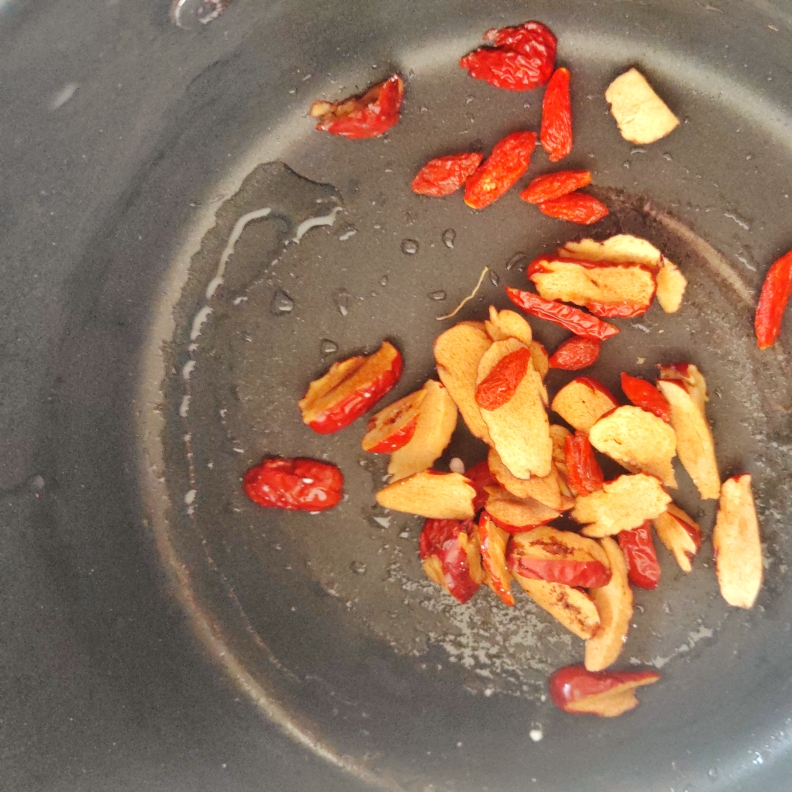 准备好的红枣枸杞洗干净,红枣切成薄片和枸杞一起放入锅内备用。