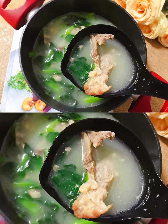 小青菜鸡架汤 昨天的鸡拆了肉之后剩下