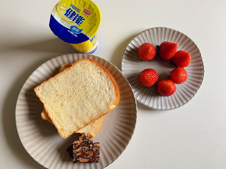 今日早餐:自制奶香吐司,自制阿胶糕,