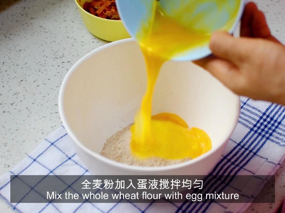 鸡蛋打散加入全麦粉搅拌均匀