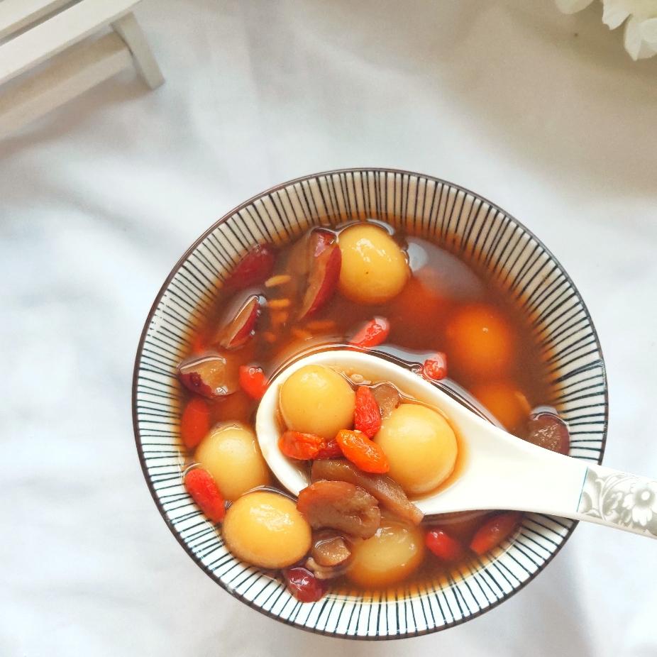 倒入4勺酒酿,用勺子搅拌几下煮至片刻关火盛出即可。