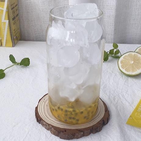 倒入满满一杯的冰块,夏天就是要冰冰凉凉呀