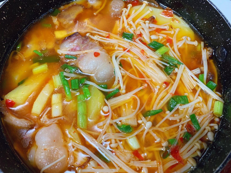 腊肉炖土豆 金针菇,青椒炒香肠,