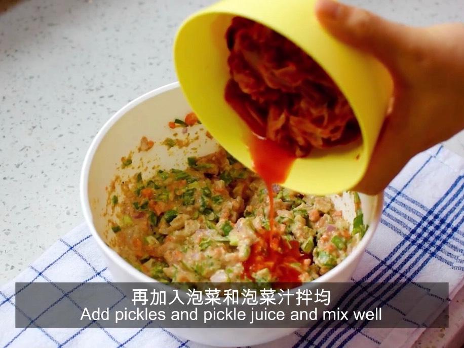 将胡萝卜、韭菜、洋葱加入面粉糊中拌均,再加入泡菜和泡菜汁拌均备用