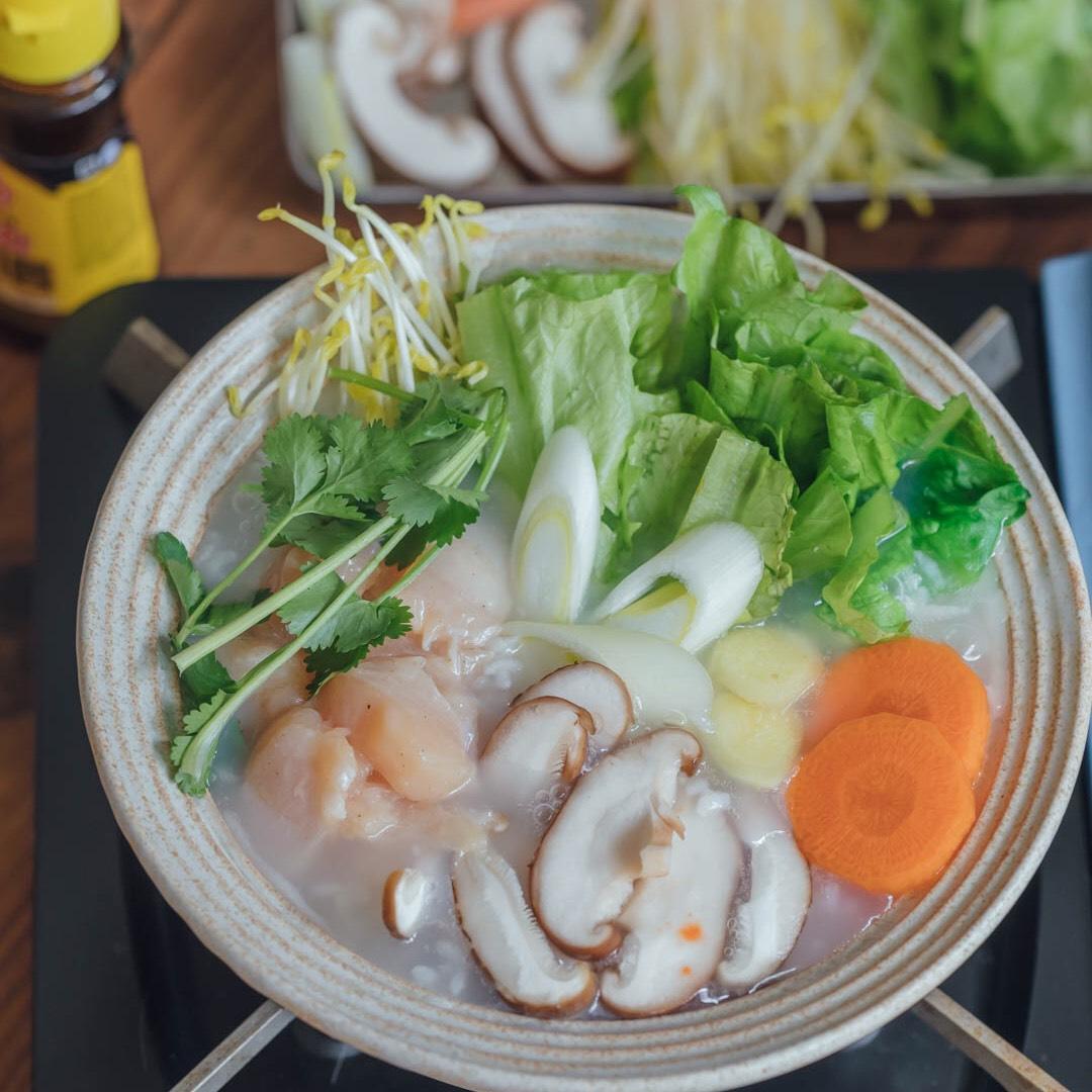 来碗热腾腾香喷喷的鸡肉蔬菜粥~