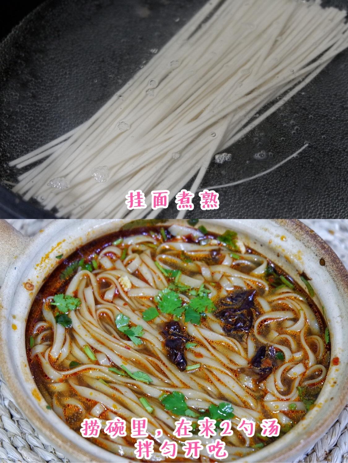 锅中煮开水下挂面煮熟,捞到碗里,在舀几勺面汤,拌匀开吃吧