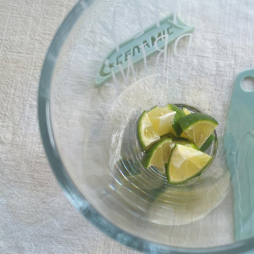 块状柠檬放入杯底