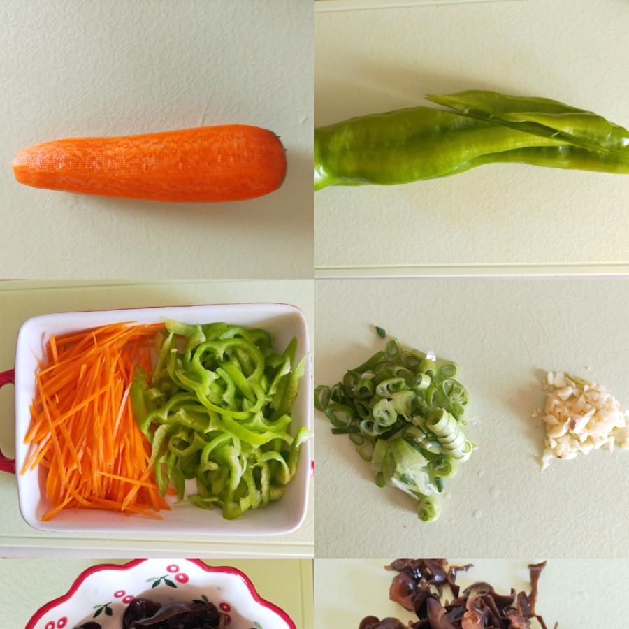木耳提前泡发,洗净切丝,胡萝卜和绿尖椒也切成丝备用 把葱蒜切碎还有酱料提前准备好