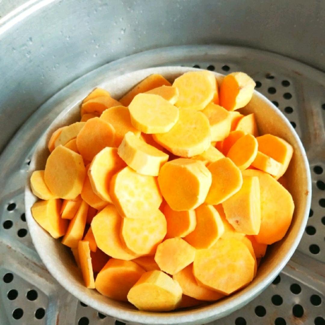 锅内倒入适量水,把准备好的地瓜放入蒸锅里盖上锅盖,蒸20分钟。