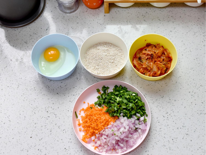 白菜泡菜切成块、洋葱/胡萝卜/韭菜切碎