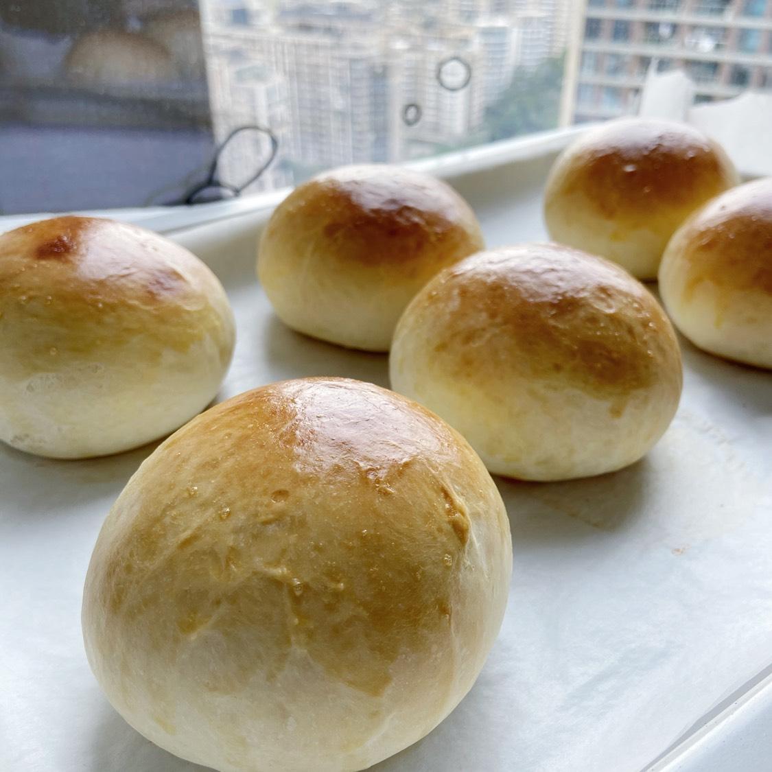 烤箱预热180度18分钟,面包胚刷上蛋液,注意上色情况,放上锡纸