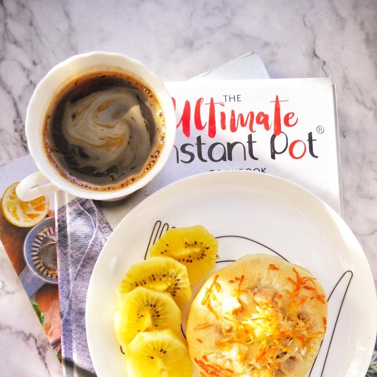 早安~~黑咖啡+香肠芝士面包+猕猴桃