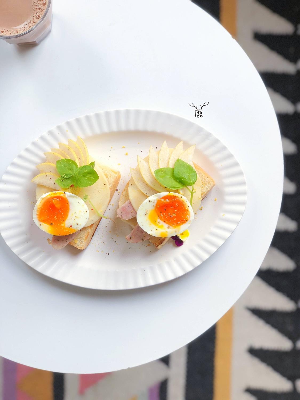 偷懒早餐。  • 开放式三明治(白吐司、