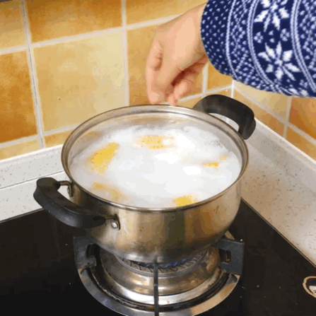 1⃣️准备新鲜的水果玉米、冰糖、牛奶、水 2⃣️锅中加水没过玉米🌽再加入一袋牛奶 3⃣️煮6分钟加入适量冰糖再煮2分钟关火焖10分钟 4⃣️奶香奶香的玉米就做啦!奶香四溢非常好吃