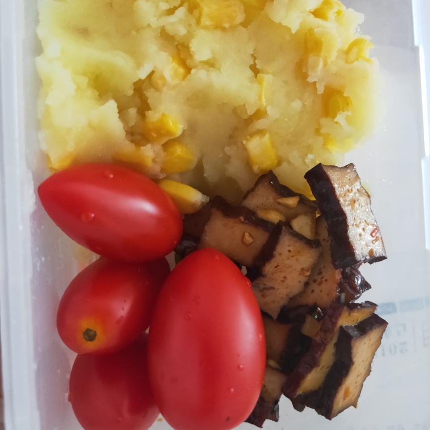 继续轻食,今天主食是土豆泥玉米沙拉😏