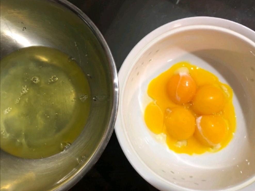 蛋白和蛋黄分离,保证盆里无水无油