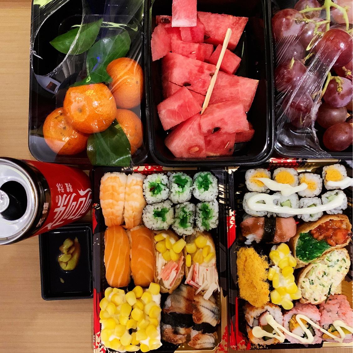 中午随便搞点清凉的水果 寿司吃吃吧 当