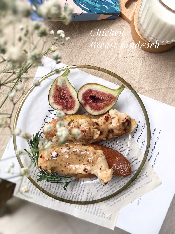 焦香的鸡胸肉搭配酥脆的法棍……