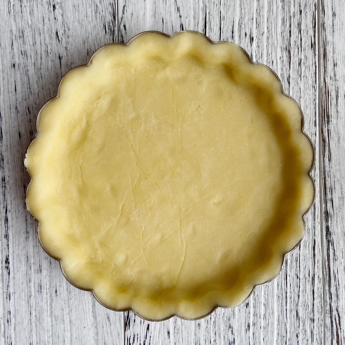 平铺在烤盘上,用手轻轻按压,让面皮和模具更贴合,冰箱冷冻15分钟