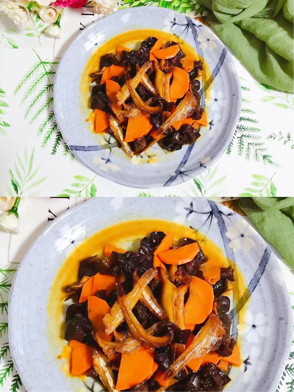 胡萝卜木耳炒小鱼干 小鱼干炸过之后香