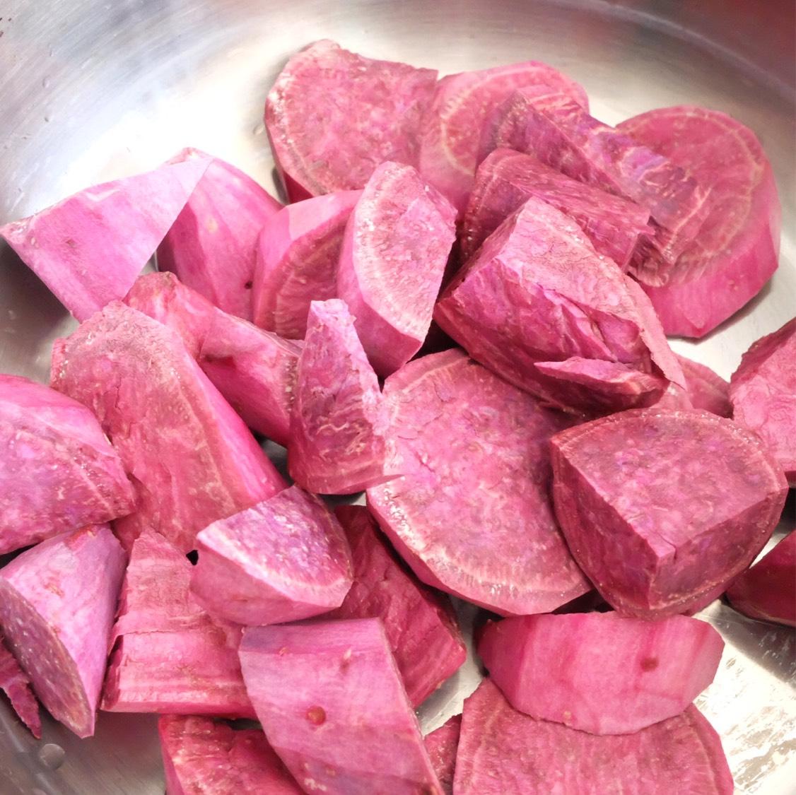 紫薯洗净去皮,切块,一条紫薯可以尽量切小块,这样煮出来的糖水会有好看的浪漫紫色。另一条紫薯切大块,保留了可以吃到紫薯块的口感。